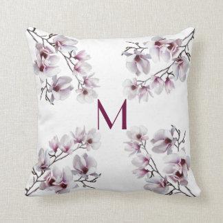 エレガントでシックなピンクのマグノリアの春の花柄のモノグラム クッション