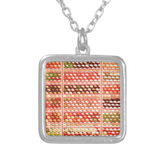 エレガントで暖かい色EggSheelsの貝、点、円 シルバープレートネックレス