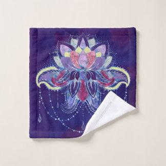 エレガントで穏やかな紫色の   はす/ユリの花 バスタオルセット