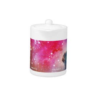 エレガントで赤く青い水彩画の星雲のアクエリアス