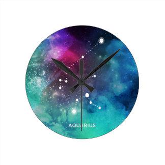 エレガントで赤く青い水彩画の星雲のアクエリアス ラウンド壁時計