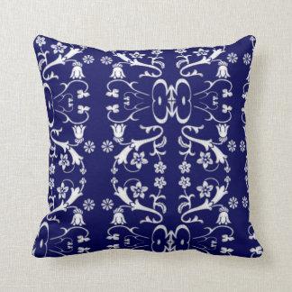 エレガントで青いろうけつ染めの枕 クッション
