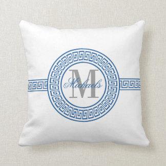 エレガントで青いギリシャ人の鍵のモノグラムの枕 クッション