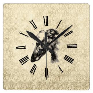 エレガントなアイボリーのダマスク織のグレイハウンドのポートレート スクエア壁時計