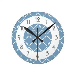 エレガントなクローバーパターン- Lt Blue White ラウンド壁時計