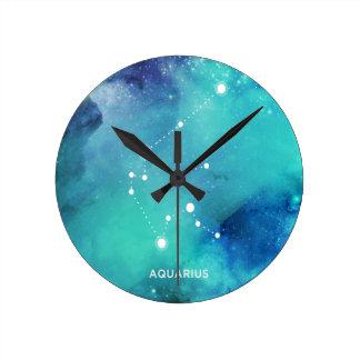 エレガントなティール(緑がかった色)の青い水彩画の星雲のアクエリアス ラウンド壁時計