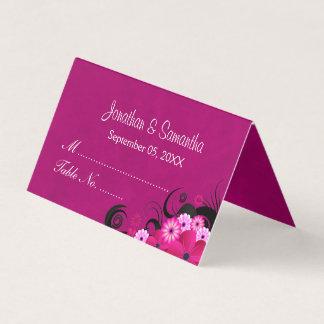 エレガントなハイビスカスの花の暗い明るい赤紫色によって折られるテーブル プレイスカード