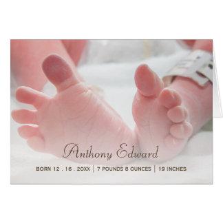 エレガントな写真の生まれたばかりのなベビーの足の誕生の発表 カード