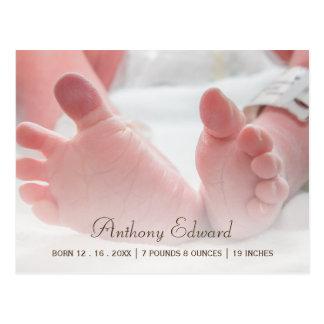 エレガントな写真の生まれたばかりのなベビーの足の誕生の発表 ポストカード