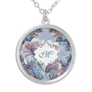 エレガントな花の多彩で青いモノグラム シルバープレートネックレス