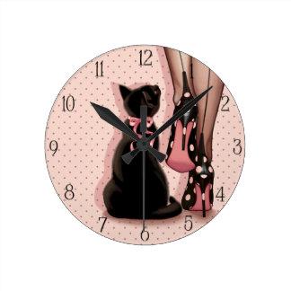 エレガントな若い女性および黒猫 ラウンド壁時計
