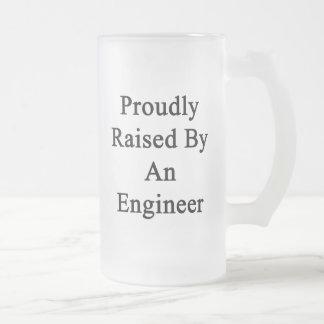エンジニアによって得意気に上げられて フロストグラスビールジョッキ