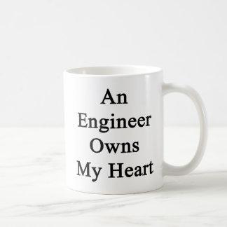 エンジニアは私のハートを所有します コーヒーマグカップ