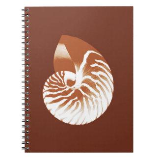 オウムガイの貝-ココア茶色および白 ノートブック