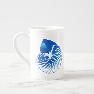 オウムガイの貝-コバルトブルーおよび白 ボーンチャイナカップ