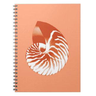 オウムガイの貝-テラコッタおよび白 ノートブック