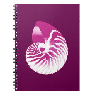 オウムガイの貝-ナスの紫色および白 ノートブック