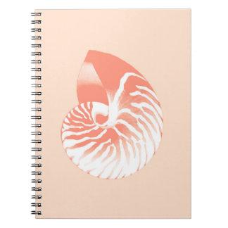 オウムガイの貝-珊瑚のオレンジおよび白い ノートブック