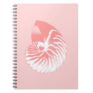 オウムガイの貝-珊瑚のピンクおよび白 ノートブック