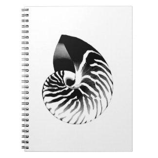 オウムガイの貝-黒、灰色および白 ノートブック