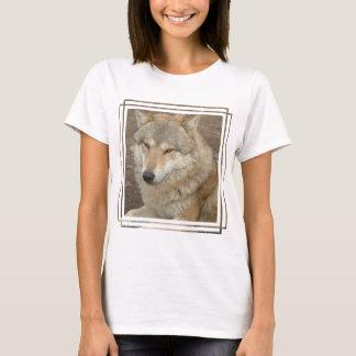 オオカミの女性のTシャツ Tシャツ