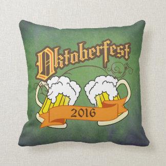 オクトーバーフェストのドイツのフェスティバルビールジョッキのタイポグラフィ クッション