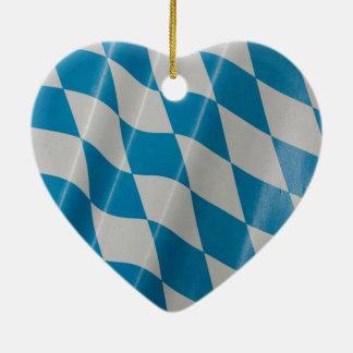 オクトーバーフェストの旗はババリアBayernを着色します 陶器製ハート型オーナメント
