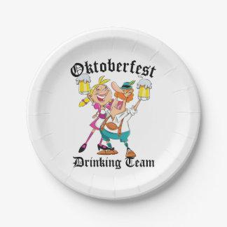 オクトーバーフェストの飲むチーム ペーパープレート
