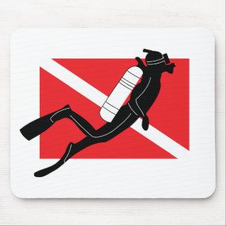オスのスキューバダイバーが付いているスキューバ飛び込みの旗 マウスパッド