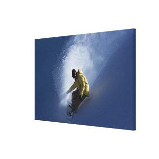 オスのスノーボーダーはaの最後のライトをつかまえます キャンバスプリント