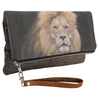 オスのライオンのクローズアップのポートレート クラッチバッグ
