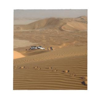 オマーンの砂丘で運転する摩擦AlのKhaliの砂漠 ノートパッド