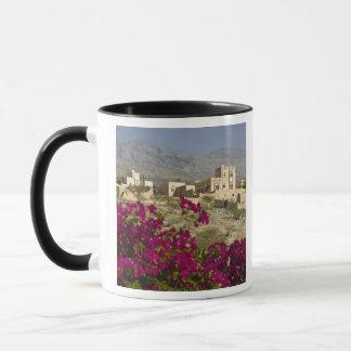 オマーンのHajar西部の山、Al Hamra。 町 マグカップ
