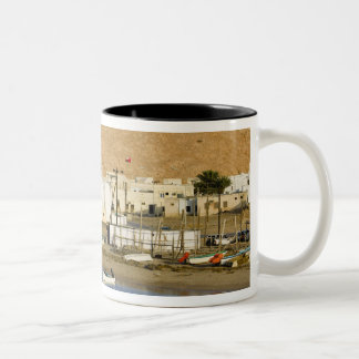 オマーンのSharqiyaの地域、Sur。 Ayajhの町、薄暗がり ツートーンマグカップ