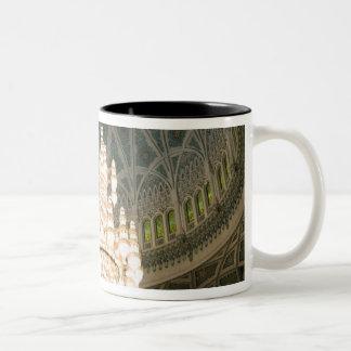 オマーン、マスカットのサルタンのQaboosのモスク ツートーンマグカップ