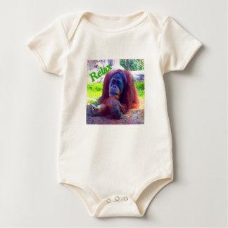 """オランウータンが付いている赤ん坊の体のスナップの底Tは""""リラックスします"""" ベビーボディスーツ"""