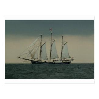 オランダの海岸の沖のスクーナー船 ポストカード