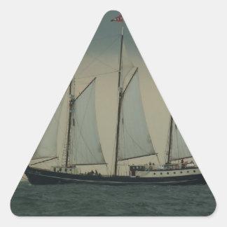 オランダの海岸の沖のスクーナー船 三角形シール