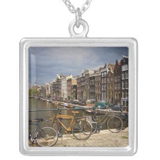 オランダ、アムステルダム。 運河の眺めからの シルバープレートネックレス