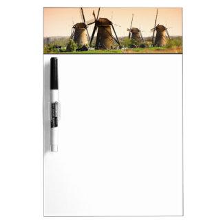 オランダ、Kinderdijk。 風車の隣の ホワイトボード