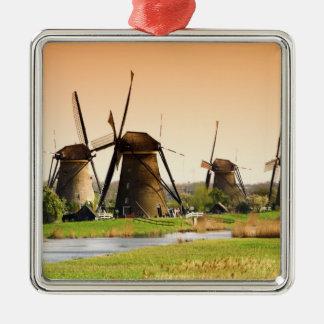 オランダ、Kinderdijk。 風車の隣の メタルオーナメント