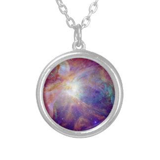 オリオンの星雲の暗い赤紫色ピンクNASA シルバープレートネックレス