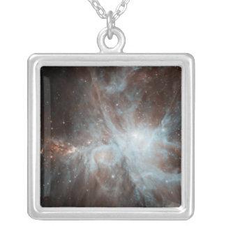オリオンの星雲の熱く若い星のコロニー シルバープレートネックレス