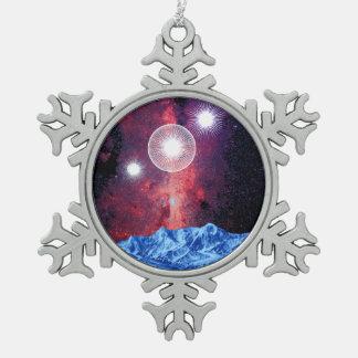 オリオンは山の宇宙上の銀河系を主演します スノーフレークピューターオーナメント