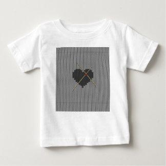 オリジナルはハートのデザインを編みました ベビーTシャツ