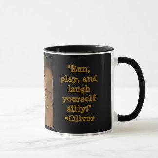 オリバーが付いているコーヒーを食べること マグカップ