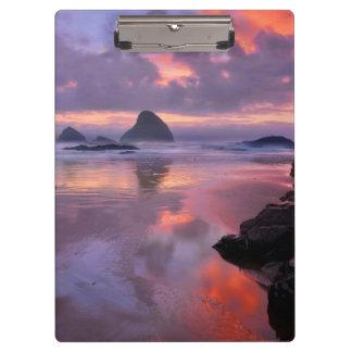 オレゴンのビーチおよび海の積み重ね、日没 クリップボード