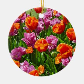 オレンジおよびピンクの春のチューリップの庭 陶器製丸型オーナメント