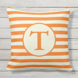オレンジおよびベージュストライプのなモノグラムの枕 クッション