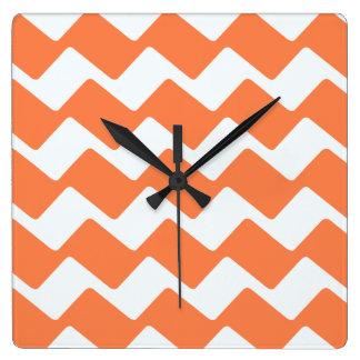 オレンジおよび白い波状のシェブロンは縞で飾ります スクエア壁時計